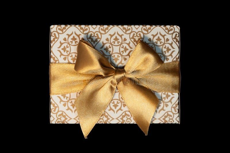 Boîte-cadeau blancs d'or et arc d'or de ruban d'isolement image stock
