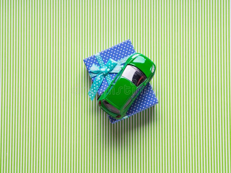 Boîte-cadeau bleu et une voiture de jouet illustration stock