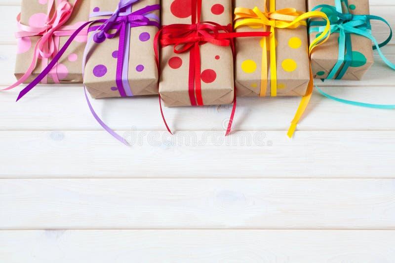 Boîte-cadeau colorés, attachés avec des rubans Cadeaux multicolores photographie stock libre de droits