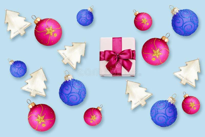 Boîte-cadeau colorés avec des arcs et des boules de Noël photographie stock libre de droits