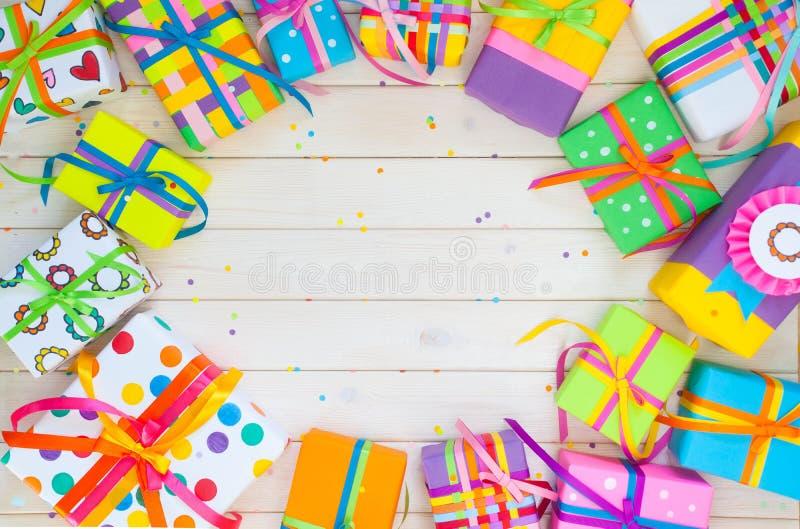Boîte-cadeau colorés avec les rubans colorés Couleur de coeur CCB blanc image libre de droits