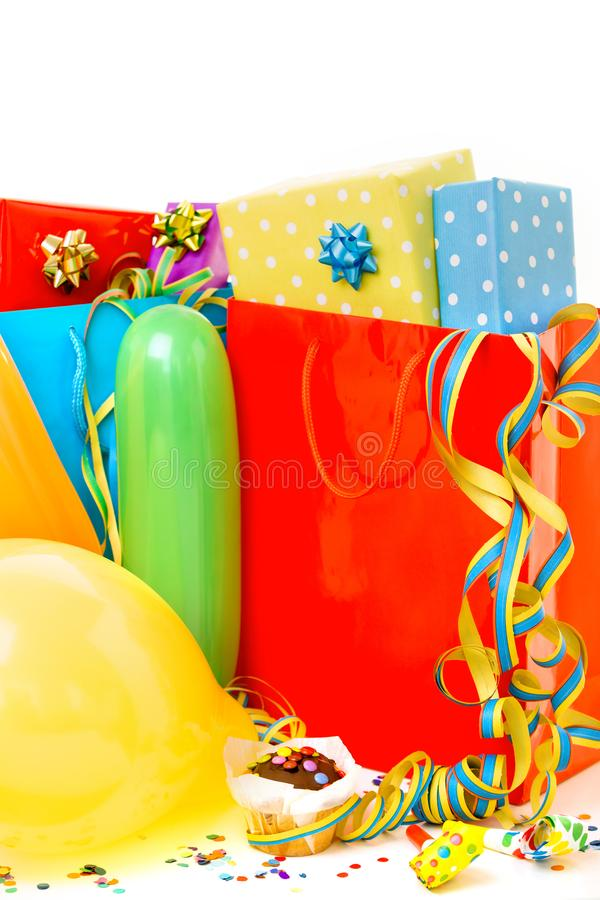 Boîte-cadeau colorés d'anniversaire d'isolement sur le fond blanc Concept d'anniversaire, de Noël et de partie images libres de droits