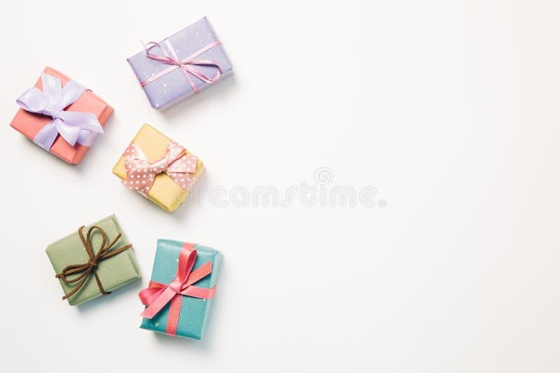 Boîte-cadeau colorés sur le fond blanc photo libre de droits
