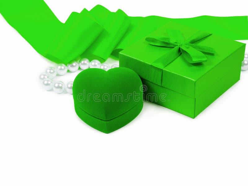 Boîte-cadeau, boîte-cadeau d'anneau de coeur, ruban vert et perles de perle photo libre de droits