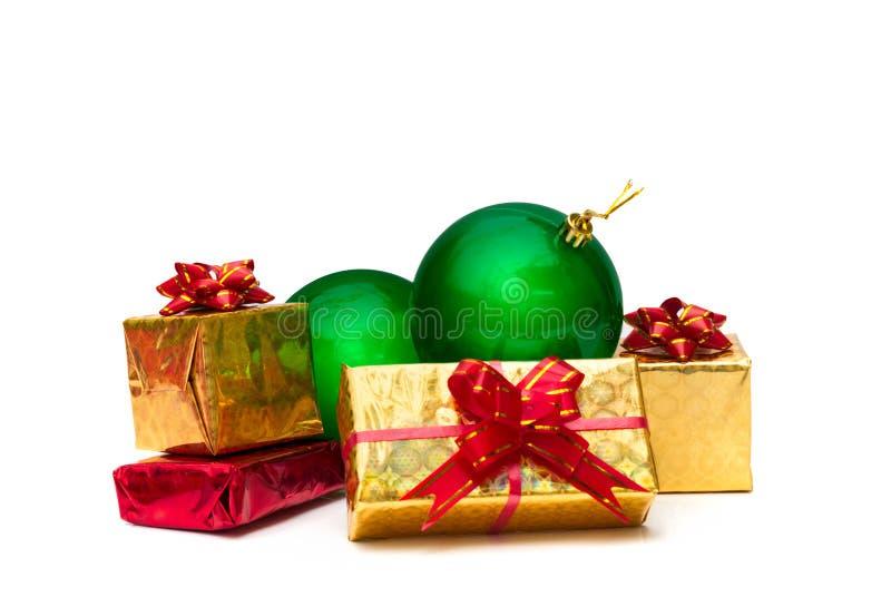 Boîte-cadeau d'or avec des boules de Noël photos libres de droits