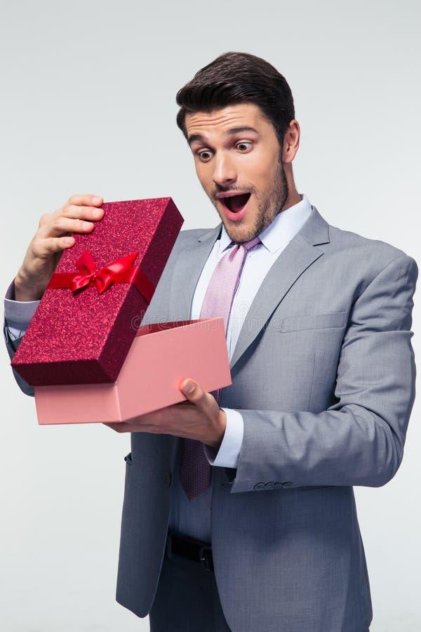 Boîte-cadeau d'ouverture d'homme d'affaires image libre de droits