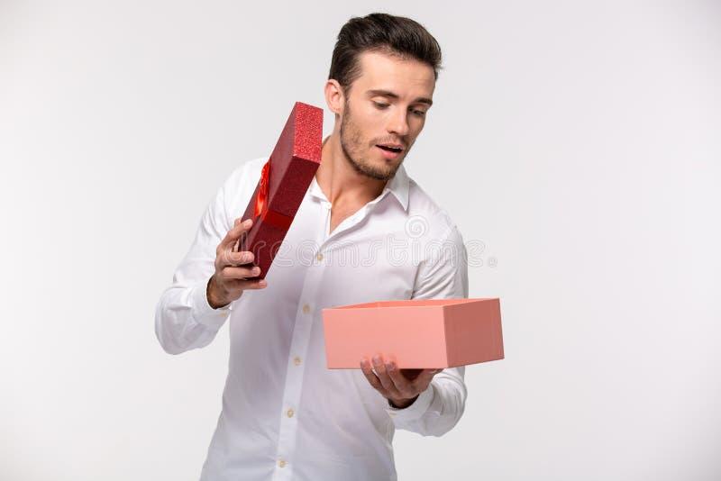 Boîte-cadeau d'ouverture d'homme d'affaires photographie stock