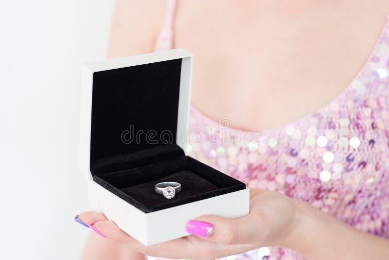 Boîte-cadeau de bague de fiançailles d'engagement d'amour de symbole image stock