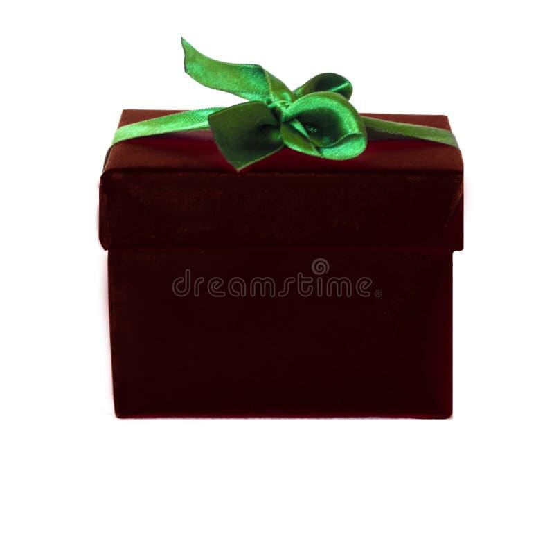 Boîte-cadeau de Bourgogne avec l'arc vert de ruban de satin photographie stock