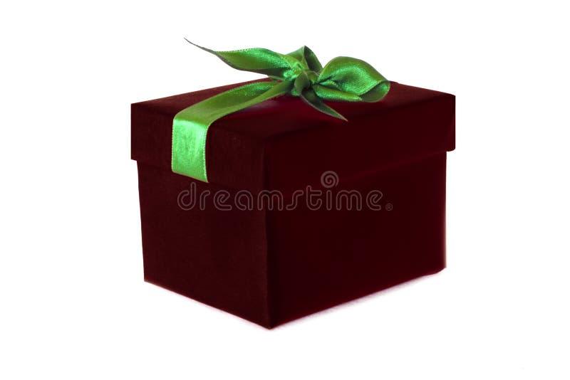 Boîte-cadeau de Bourgogne avec l'arc vert de ruban de satin images stock