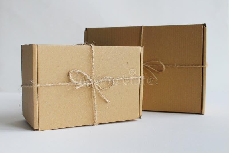 Boîte-cadeau de carton avec la ficelle photos stock