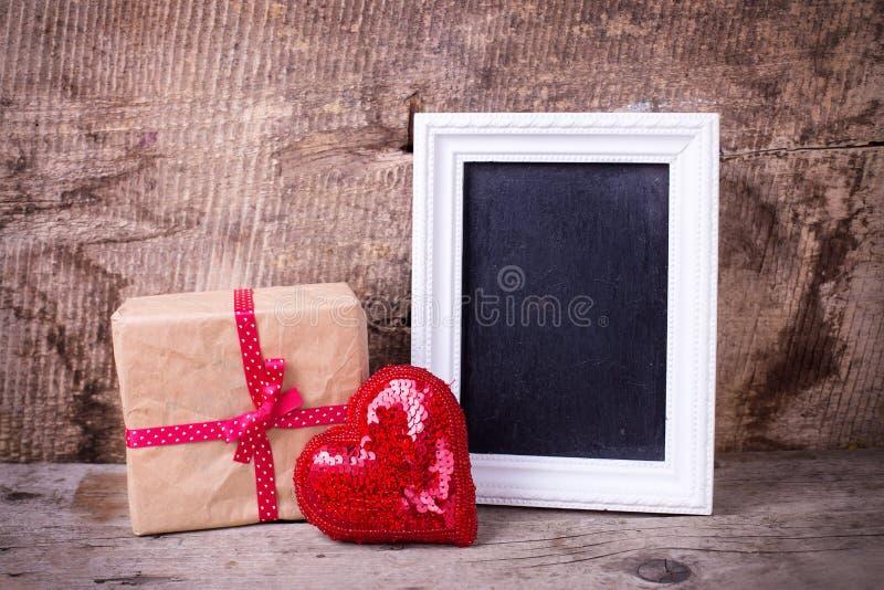 Boîte-cadeau de fête, tableau noir vide o d'anrd rouge décoratif de coeur photo libre de droits