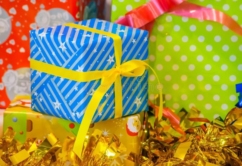 Boîte-cadeau de festival jaune en forme d'étoile bleu de rubans et de décoration de fond photographie stock