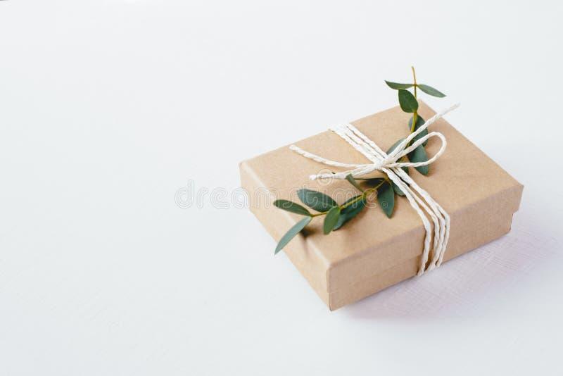 Boîte-cadeau de métier sur le fond blanc photographie stock