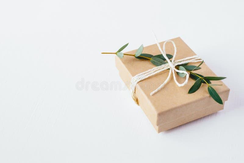 Boîte-cadeau de métier sur le fond blanc image stock