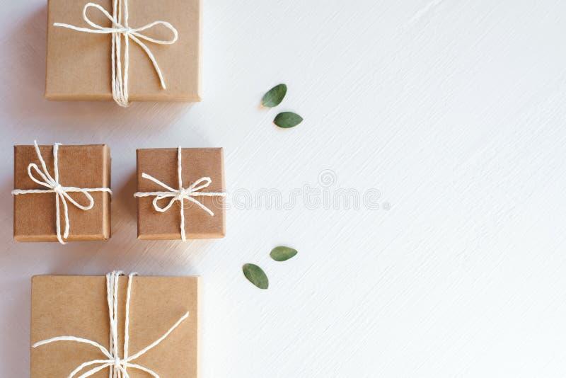 Boîte-cadeau de métier sur le fond blanc photos stock