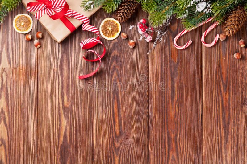 Boîte-cadeau de Noël, décor de nourriture et branche d'arbre photo stock