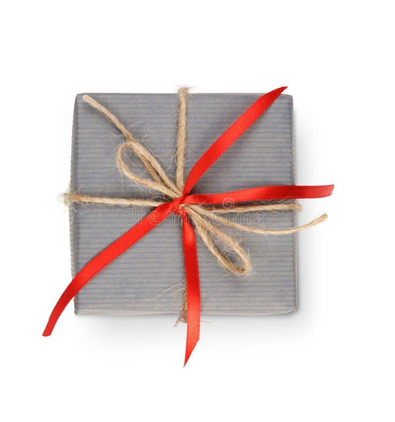 Boîte-cadeau de Noël en papier gris d'isolement sur le blanc photographie stock libre de droits