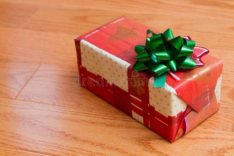 Boîte cadeau de Noël en papier rouge à enveloppement photographie stock