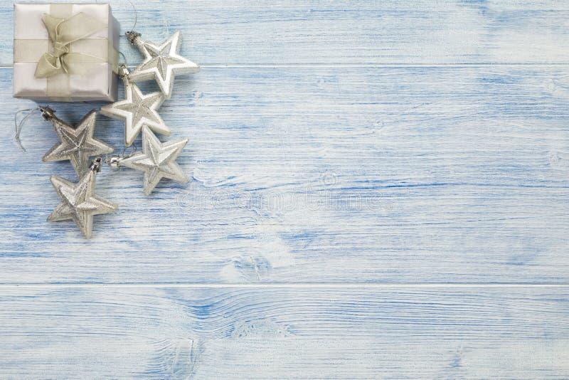 Boîte cadeau de Noël et étoiles argentées arrière-plan rustique avec espace de copie photos libres de droits