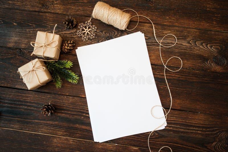 Boîte-cadeau de Noël de maquette et papier blanc sur un fond et endroit pour le texte photographie stock