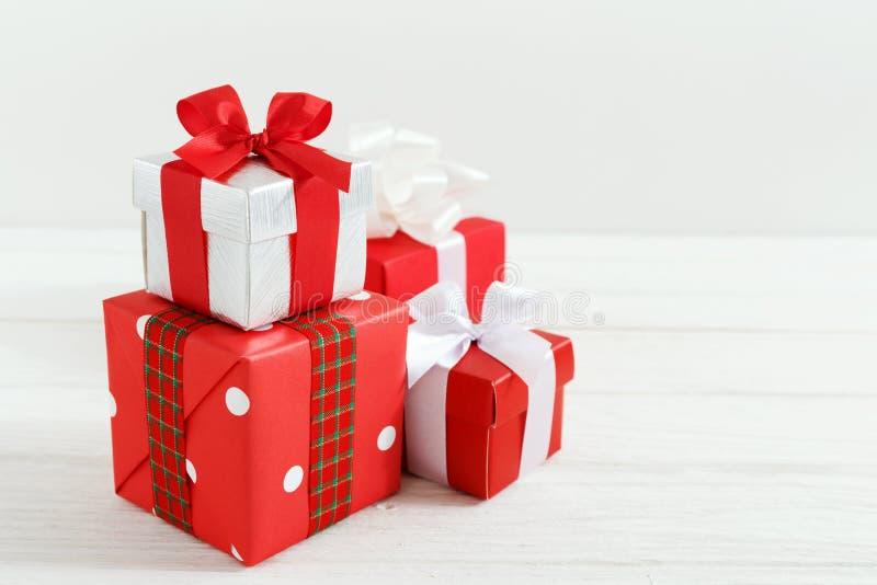 Boîte-cadeau de Noël sur la table en bois blanche photos stock