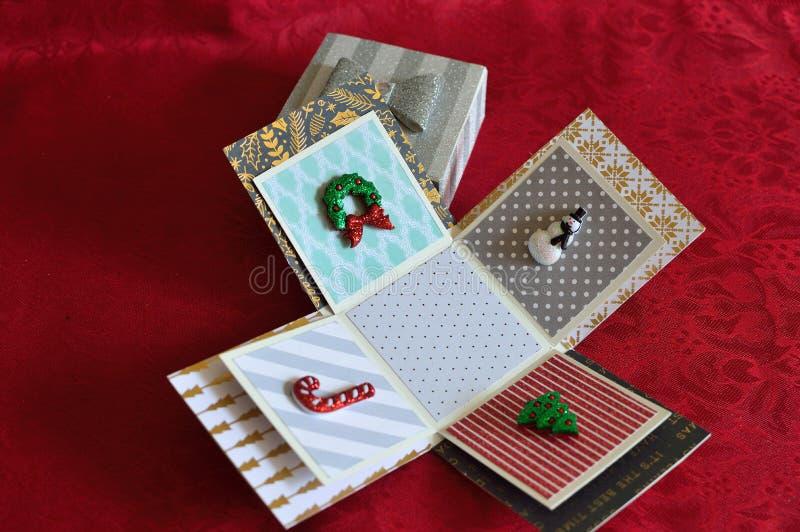 Boîte-cadeau de Noël de vacances de métiers avec des miniatures photos stock