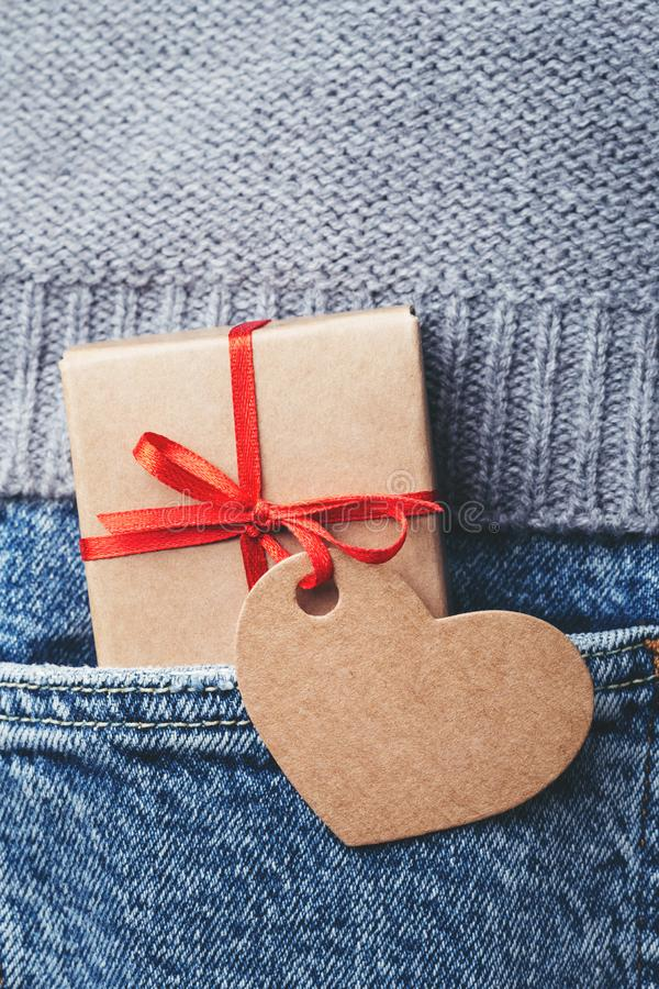 Boîte-cadeau de Papier d'emballage avec l'arc et l'étiquette rouges photo stock