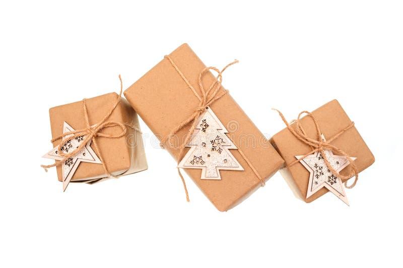 Boîte-cadeau de papier d'emballage d'isolement sur le fond blanc photographie stock libre de droits
