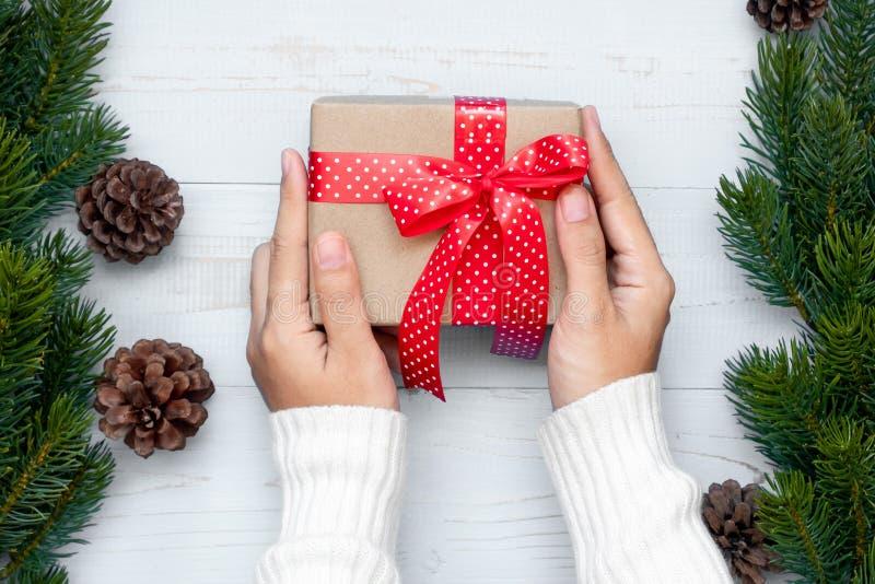 boîte-cadeau de participation de femme avec des branches de décoration et de pin de Noël sur le fond en bois, préparation pour le photo stock