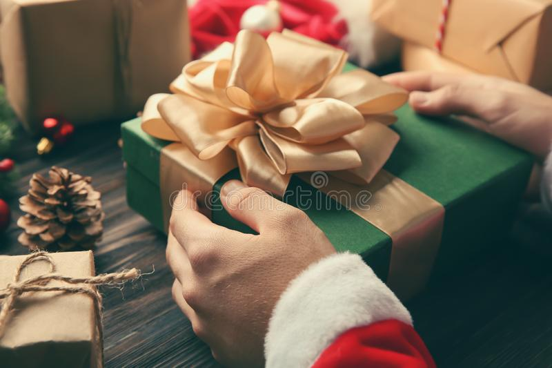 Boîte-cadeau de participation de Santa Claus sur la table en bois image libre de droits