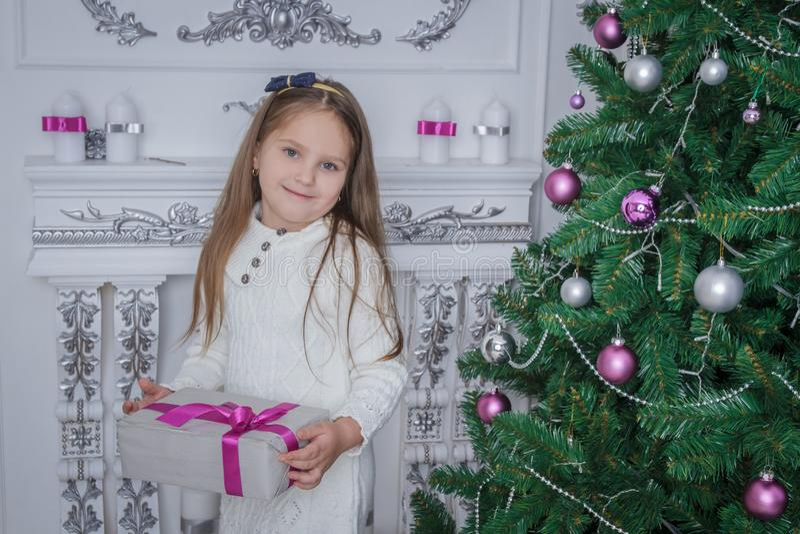 Boîte-cadeau de sourire d'iwith de petite fille près d'arbre de Noël photo stock