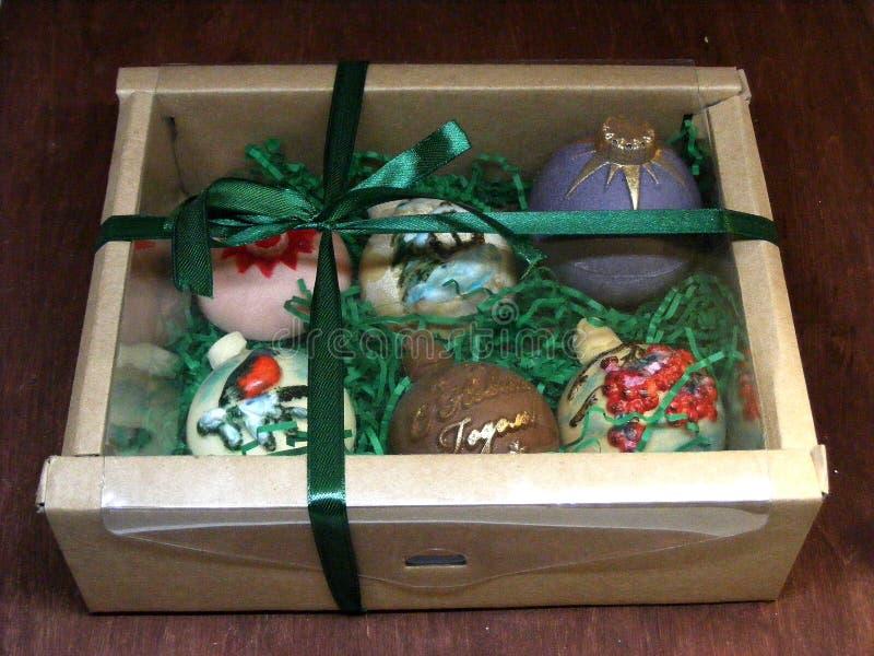 Boîte-cadeau de sucrerie faite maison : Boules de Noël de chocolat pour la décoration images libres de droits