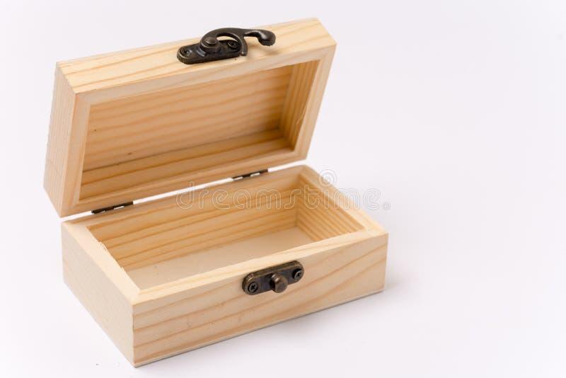 Boîte-cadeau en bois ouvert au-dessus du fond blanc image stock