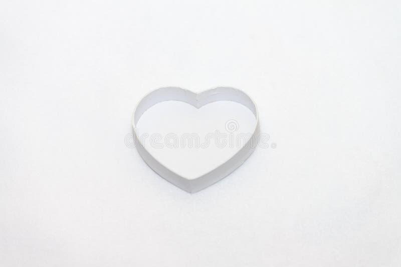 Boîte-cadeau en forme de coeur blanc images stock