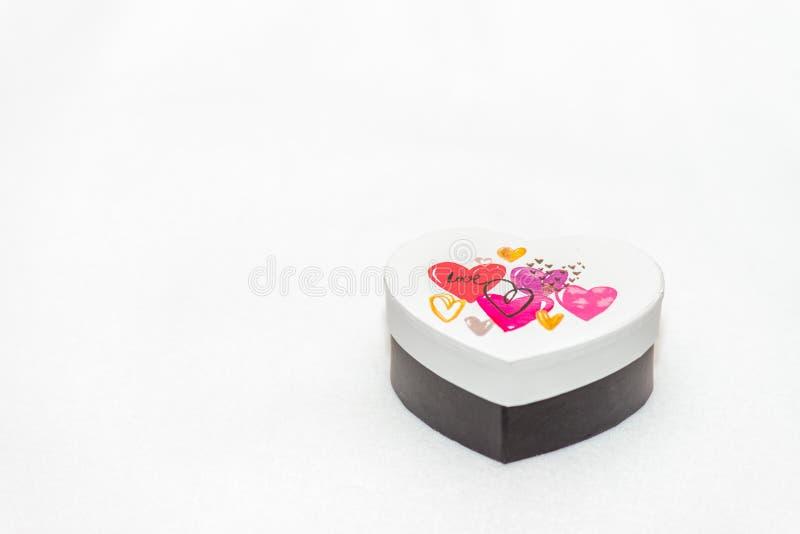 Boîte-cadeau en forme de coeur blanc images libres de droits