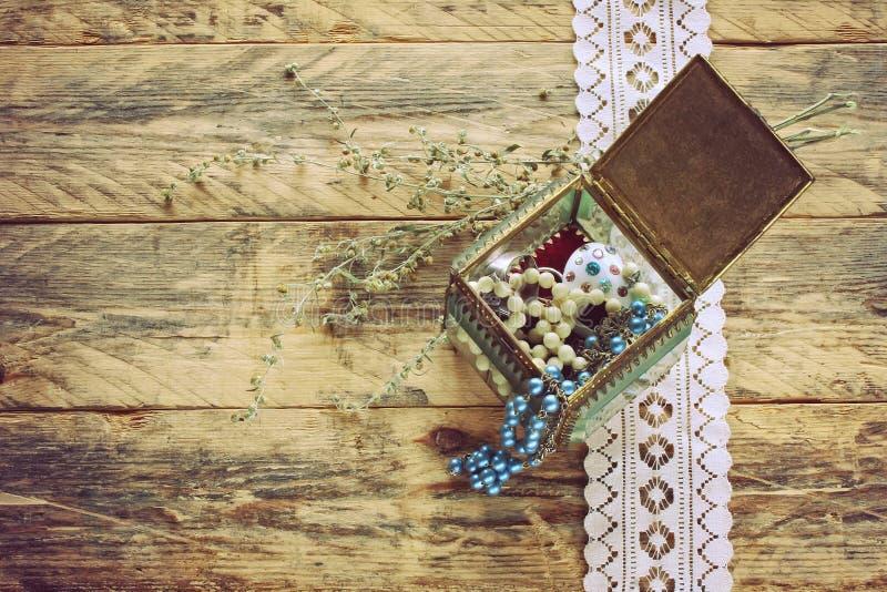 Boîte-cadeau en verre de vintage avec le bijou photographie stock