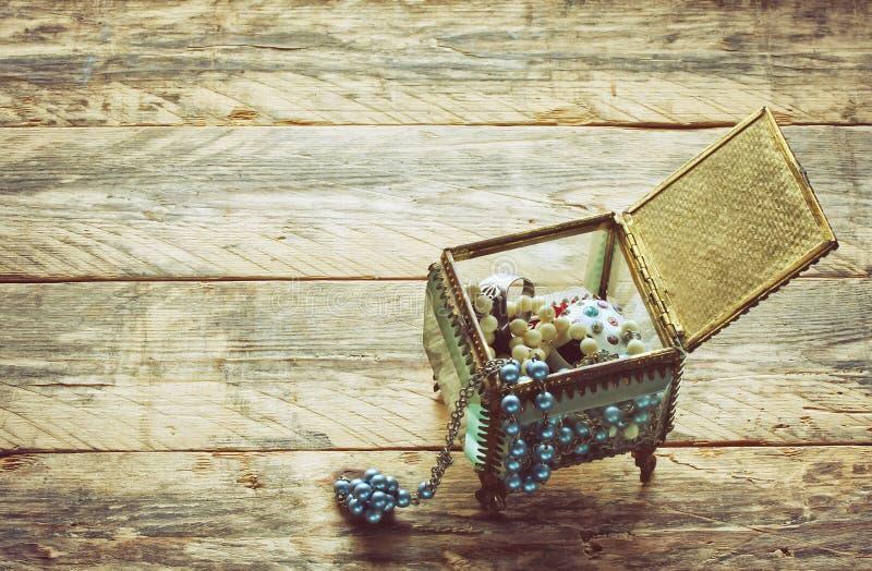 Boîte-cadeau en verre de vintage avec le bijou images stock