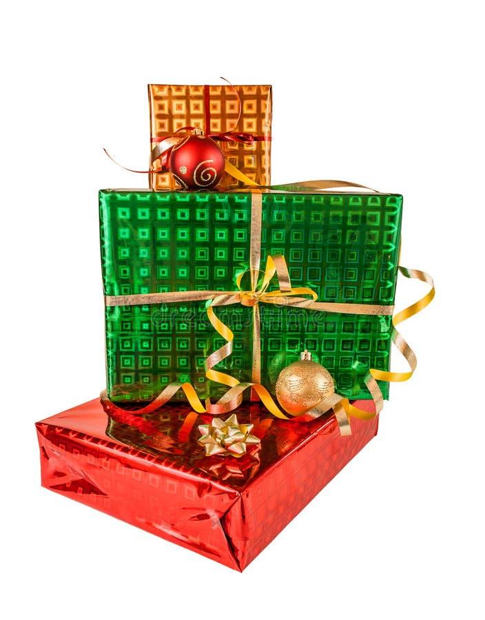 Boîte-cadeau et boules de Noël, d'isolement sur le blanc image libre de droits