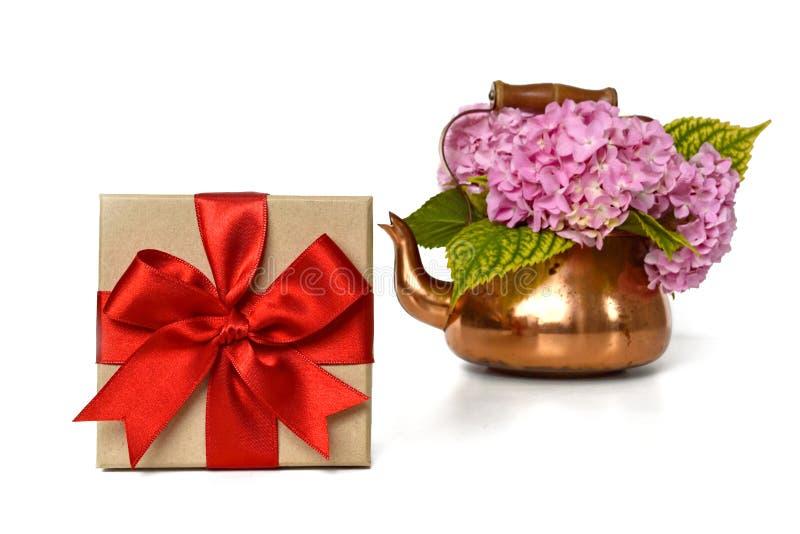 Boîte-cadeau et fleurs d'isolement sur le blanc image stock