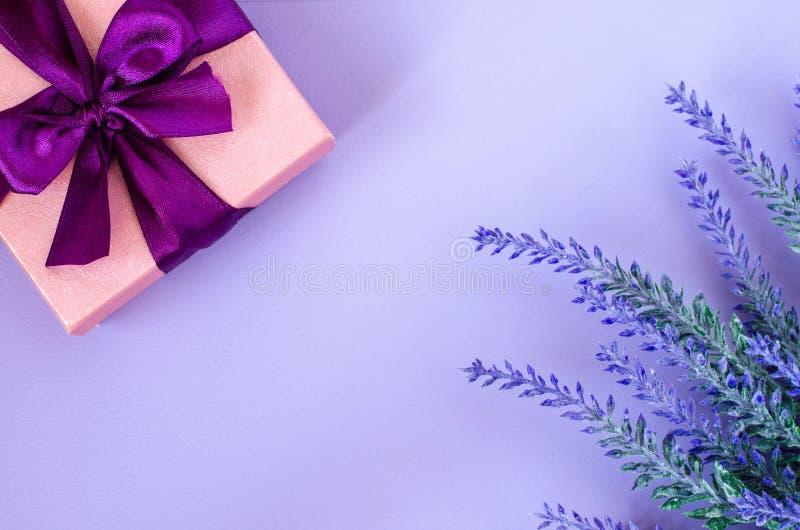 Boîte-cadeau et lavande roses sur le fond violet images libres de droits