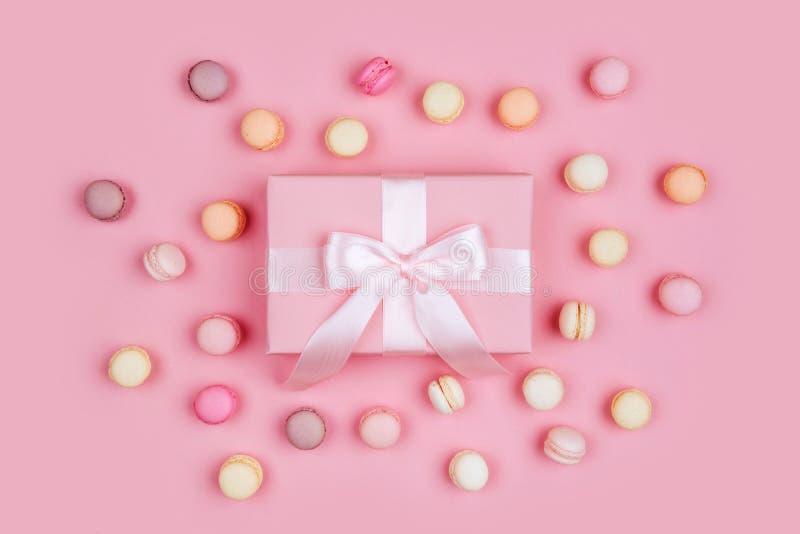 Boîte-cadeau et macarons sur le fond rose photo stock