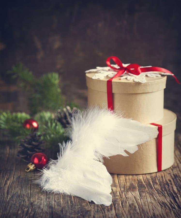 Boîte-cadeau et ornements de Noël images libres de droits