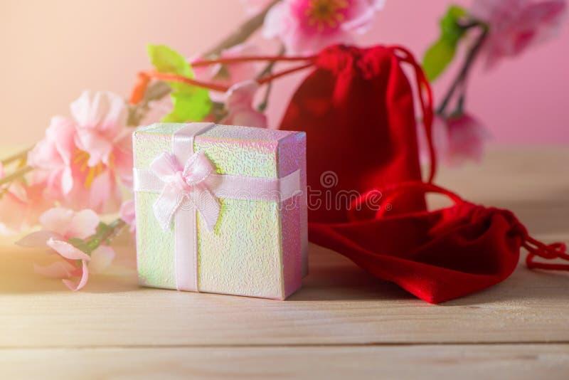 Boîte-cadeau et sac rouge de cadeau enveloppés et présents de Noël et de Newyear de fleur de prune avec des arcs et des rubans, b image stock