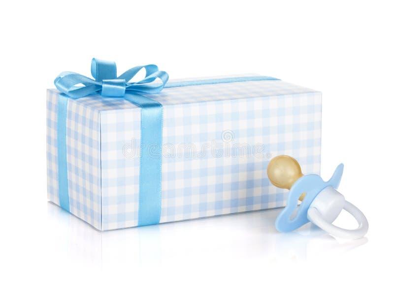 Boîte-cadeau et tétine pour le petit garçon photo stock
