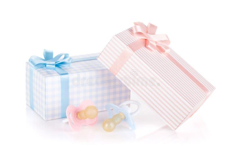 Boîte-cadeau et tétine pour le petit garçon et la fille photographie stock libre de droits
