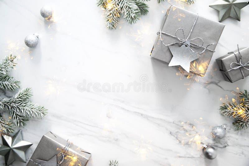 Boîte-cadeau faits main de Noël sur la vue supérieure de fond de marbre blanc Carte de voeux de Joyeux Noël, cadre Thème de vacan photo libre de droits