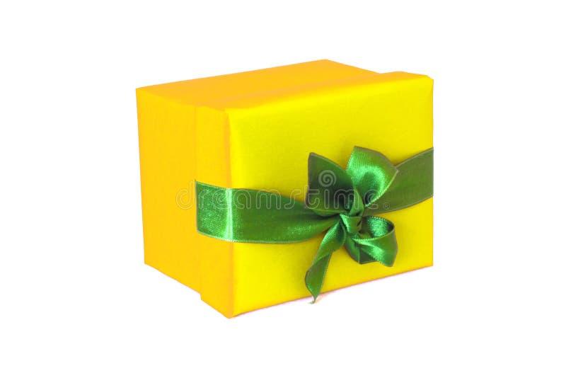 Boîte-cadeau jaune avec l'arc vert de ruban de satin photo libre de droits