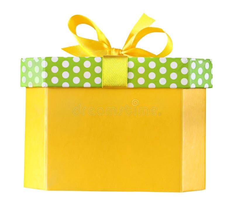 Boîte-cadeau jaune de Noël avec un arc d'isolement sur le blanc avec le chemin de coupure images libres de droits