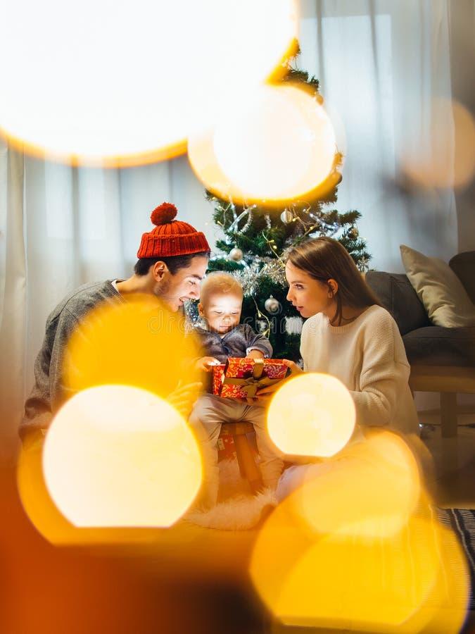 Boîte-cadeau magique de Noël et parents et bébé heureux d'enfant photos stock